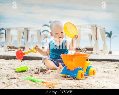 Niedliche Baby spielt Spielzeugauto - Stockfoto