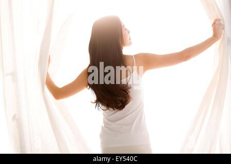 Schöne junge Frau im Schlafzimmer - Stockfoto