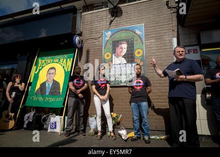 London, UK. 22. Juli 2015.  Familienmitglieder besuchen eine Mahnwache, 10. Jahrestag der Tötung von Jean Charles - Stockfoto