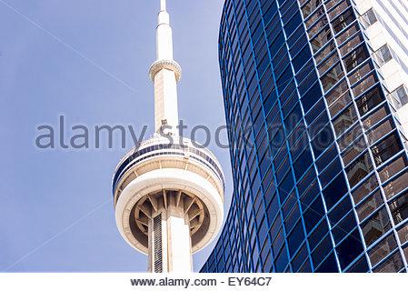 Nahaufnahme der CN Tower und Condo-Gebäude gegen klaren blauen Himmel. Höchste und größte Wohnhauses oder einer - Stockfoto