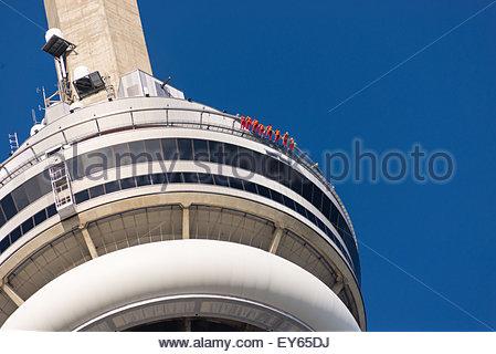 Nahaufnahme des CN Tower, die Menschen, die Rand-Wandern rund um den Rand des Gebäudes. Kante entfernt Toronto neuesten - Stockfoto