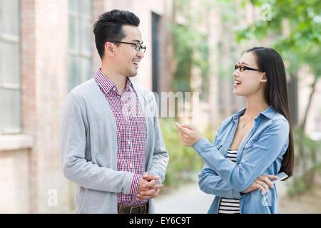 Geschäftspartner in Kulturindustrie sprechen - Stockfoto
