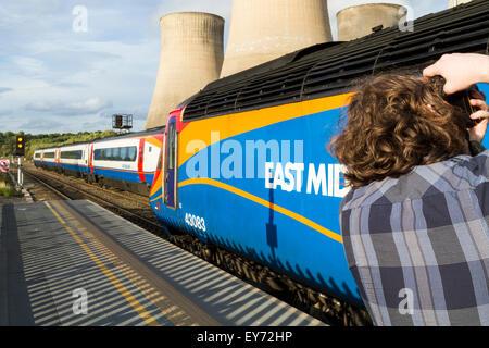 Zug Enthusiast. Trainspotting fotografieren ein East Midland Trains Zug am East Midlands Parkway Bahnhof, Nottinghamshire, - Stockfoto