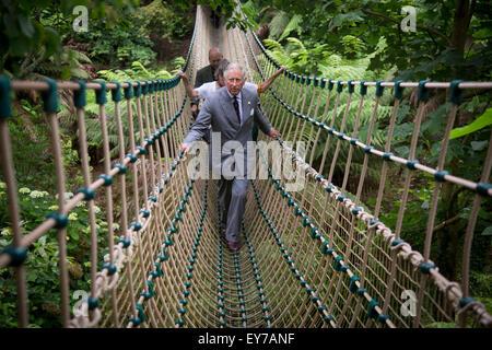 Großbritanniens Prinz Charles, der Prinz von Wales, kreuzt die längste Hängebrücke in Großbritannien bei The Lost - Stockfoto
