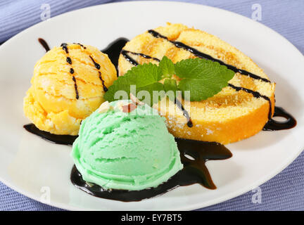 Biskuitrolle Kuchen mit Eis und Schokosauce - Stockfoto
