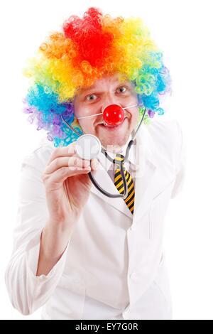 Lustige Clownsnase und bunte Perücke tragen Arzt - Stockfoto
