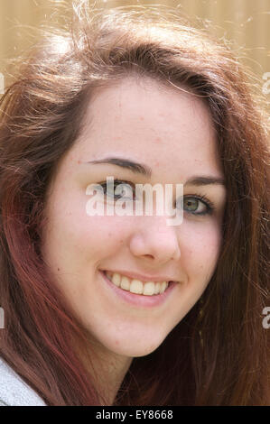 Ziemlich junges Mädchen mit langen Haaren lächelnd - Stockfoto
