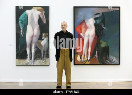 """Rostock, Deutschland. 24. Juli 2015. Leipziger Maler Arno Rink steht vor seiner Werke """"Diana"""" (L, 2002, Öl auf Leinwand) - Stockfoto"""