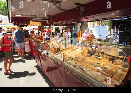 Menschen am Käse Stand in einem französischen Markt - Stockfoto