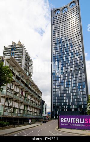 Alten Stil Sozialwohnungen in Wohnungen sind in den Schatten gestellt durch die Strata SE1-Turm im Elephant and - Stockfoto