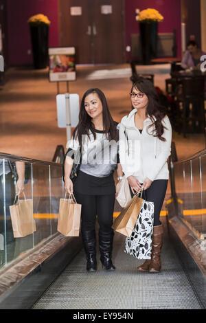 Zwei Freundinnen zusammen in einem Einkaufszentrum shoppen; St. Albert, Alberta, Kanada - Stockfoto