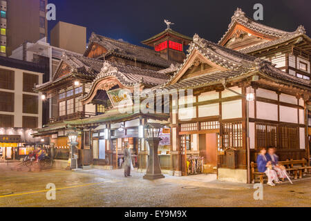 MATSUYAMA, JAPAN - 3. Dezember 2012: Touristen am Badehaus Dogo Onsen. Es ist eines der ältesten Badehäuser im Land. - Stockfoto