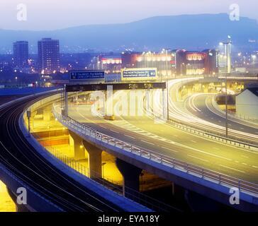 Lagan Brücke, Belfast, Grafschaft Antrim, Irland; Autobahn und Stadtbild - Stockfoto