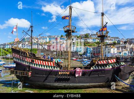 Eine Nachbildung des Sir Francis Drake Schiff, der Golden Hind, im Hafen von Brixham, Torbay, Devon, England, UK - Stockfoto