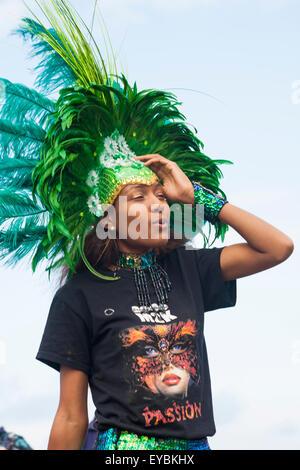 Swanage, Dorset, UK. 26. Juli 2015. Swanage Karnevalsumzug im Juli mit dem Thema der Superhelden - Tänzerin in ausgefallenen - Stockfoto