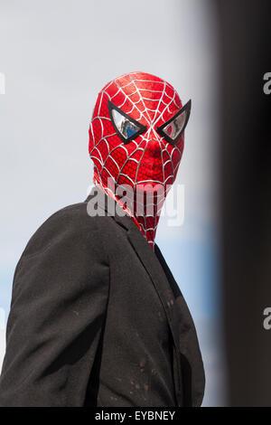 Swanage, Dorset UK 26. Juli 2015. Swanage Karnevalsumzug im Juli mit dem Thema der Superhelden - Spiderman Credit: - Stockfoto