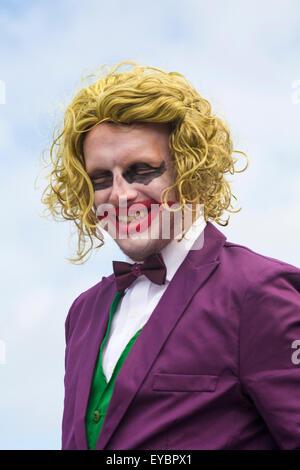 Swanage, Dorset UK 26. Juli 2015. Swanage Karnevalsumzug im Juli mit dem Thema der Superhelden - Charakter The Joker - Stockfoto