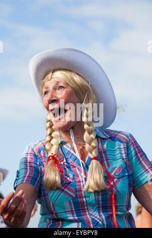 Swanage, Dorset UK 26. Juli 2015. Swanage Karnevalsumzug im Juli mit dem Thema der Superhelden - Cowgirl Linie Tänzer - Stockfoto