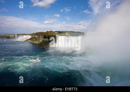 Nordamerika, Kanada, Ontario / USA / Niagara Falls Mädchen des Nebels nähert sich kanadischen Horseshoe Falls mit - Stockfoto