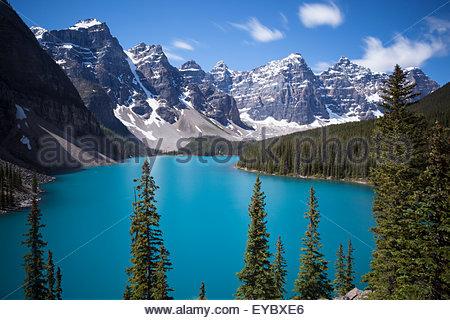 Moraine Lake und die Tal der zehn Gipfel im Sommer, Banff Nationalpark, Alberta, Kanada - Stockfoto