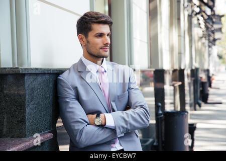Porträt eines nachdenklich Geschäftsmann mit Arme gefaltetes stehen draußen in der Stadt - Stockfoto