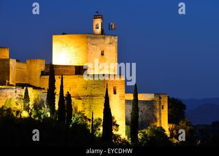 Ansicht der Alcazaba erhebt sich in der Dämmerung innerhalb der Schlossanlage Alhambra in Granada, Andalusien, Spanien - Stockfoto