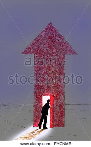 Mann in der Tür in Pfeil nach oben - Stockfoto