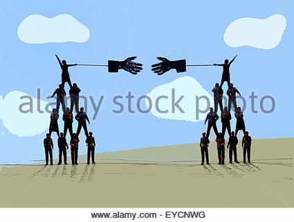 Zwei menschliche Pyramiden mit großen für Handshake ausgestreckten Händen - Stockfoto