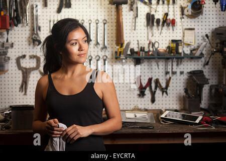 Weibliche Mechaniker in der Werkstatt - Stockfoto