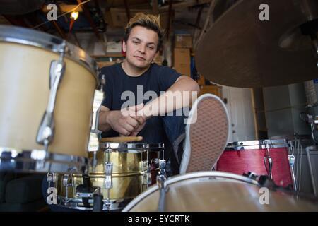 Porträt des jungen männlichen Schlagzeuger im Keller - Stockfoto