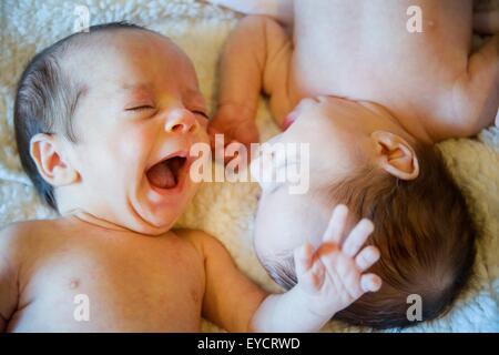 Zwillingsschwester Baby und Bruder - Stockfoto