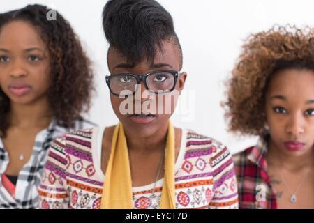 Studio-Porträt von drei schweren starren junge Frauen Freunde - Stockfoto