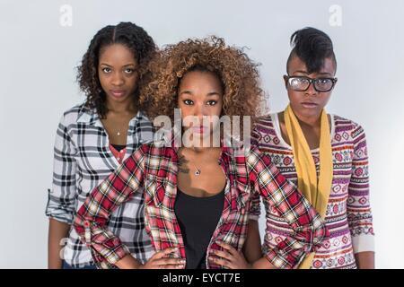 Studio-Porträt von drei schweren starren junge Frauen - Stockfoto