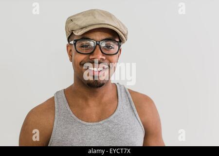 Studioportrait Mitte erwachsenen Mannes trägt flache Mütze - Stockfoto