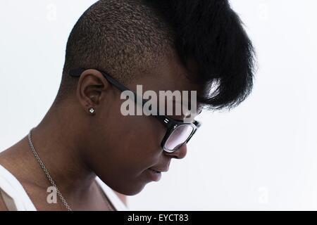Studio-Profil-Porträt der jungen Frau mit rasierter Kopf und Haartolle - Stockfoto
