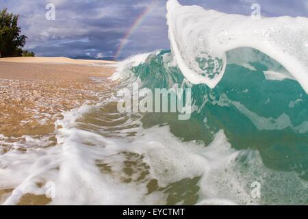 Ozeanwelle am Rand des Wassers - Stockfoto