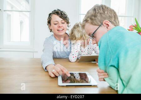 Mutter und Kinder spielen mit digital-Tablette - Stockfoto