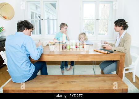 Familie am Frühstückstisch in der Küche - Stockfoto