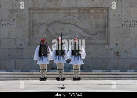 Evzonen oder Tsoliades vorbereiten, vor dem unbekannten Soldaten-Denkmal für die gefallenen Helden, Syntagma, Griechenland - Stockfoto