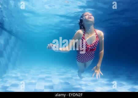 Kind unter Wasser Schwimmunterricht - Mädchen mit Spaß im blauen Pool Tauchen. Aktive Familie Gesundheit. - Stockfoto