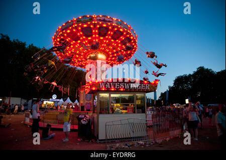 Festivalbesucher haben eine Nachtfahrt auf eine Waveswinger Lovebox Festival im Victoria Park, London, Uk - Stockfoto