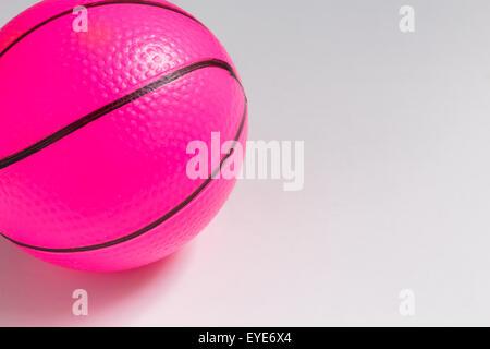 Isolierte rosa Kunststoff-Kugel auf weißem Hintergrund - Stockfoto