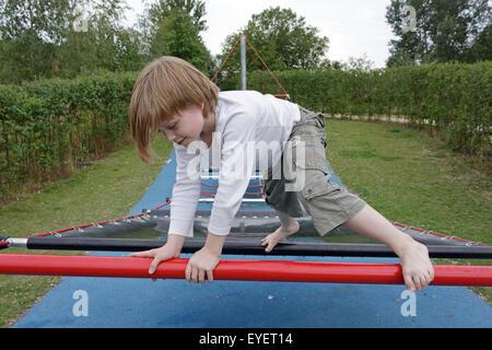 Junge auf einem Spielplatz - Stockfoto