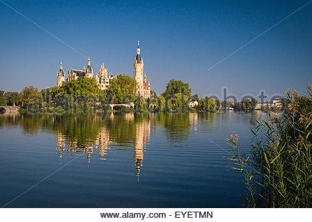 Schweriner Schloss (Schweriner Schloss) spiegelt sich im See - Stockfoto