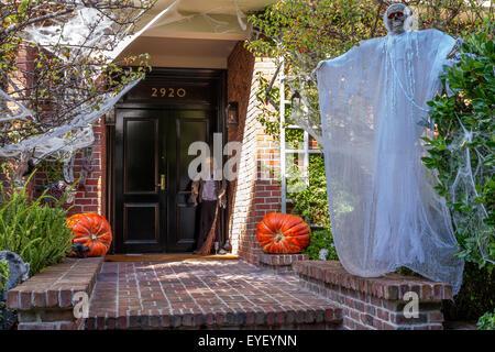 Luxusvilla für Halloween in der Reichlichen Pacific Heights Area von San Francisco, Kalifornien, USA - Stockfoto
