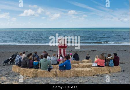 Eine Punch and Judy Show am Strand - Stockfoto