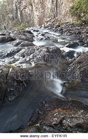Lange Exposition Bild über getroffen, die über den Rand des Minyon Falls, Wasser verschwinden und Bäume; auf Buße - Stockfoto