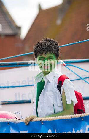 Swanage Karnevalsumzug im Juli mit dem Thema der Superhelden - Incredible Hulk - Stockfoto