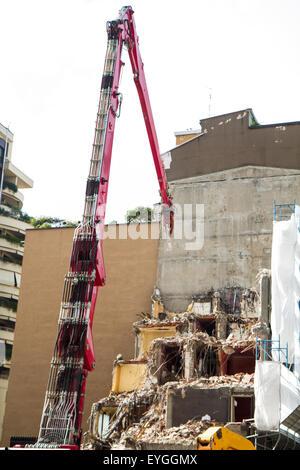 Kran und Bagger arbeiten an Gebäudeabbruch in Städten - Stockfoto