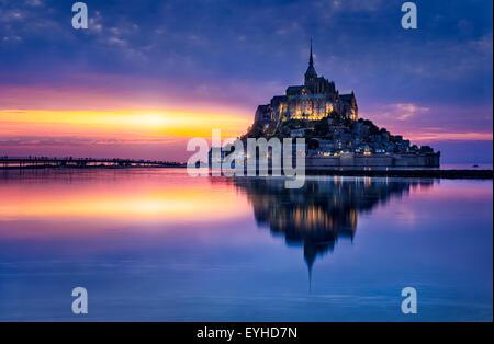 Le Mont Saint-Michel in der Dämmerung - Stockfoto